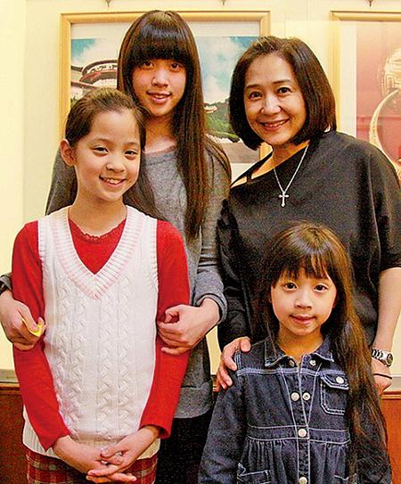 2010年3月24日,傅娟(後右)著三個女兒妮妮(後左)、娜娜(前左)、娣娣(前右)觀賞神韻紐約藝術團的表演晚會。(大紀元資料圖片)