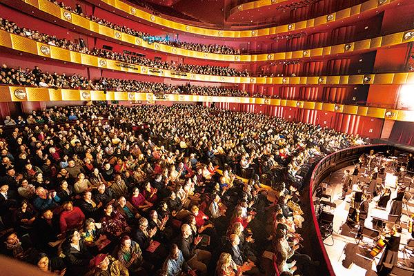 今年神韻紐約藝術團分別於1月、3月在美國林肯中心大衛寇克劇院舉行兩輪共29場演出,締造場場爆滿的轟動票房。(戴兵/大紀元)