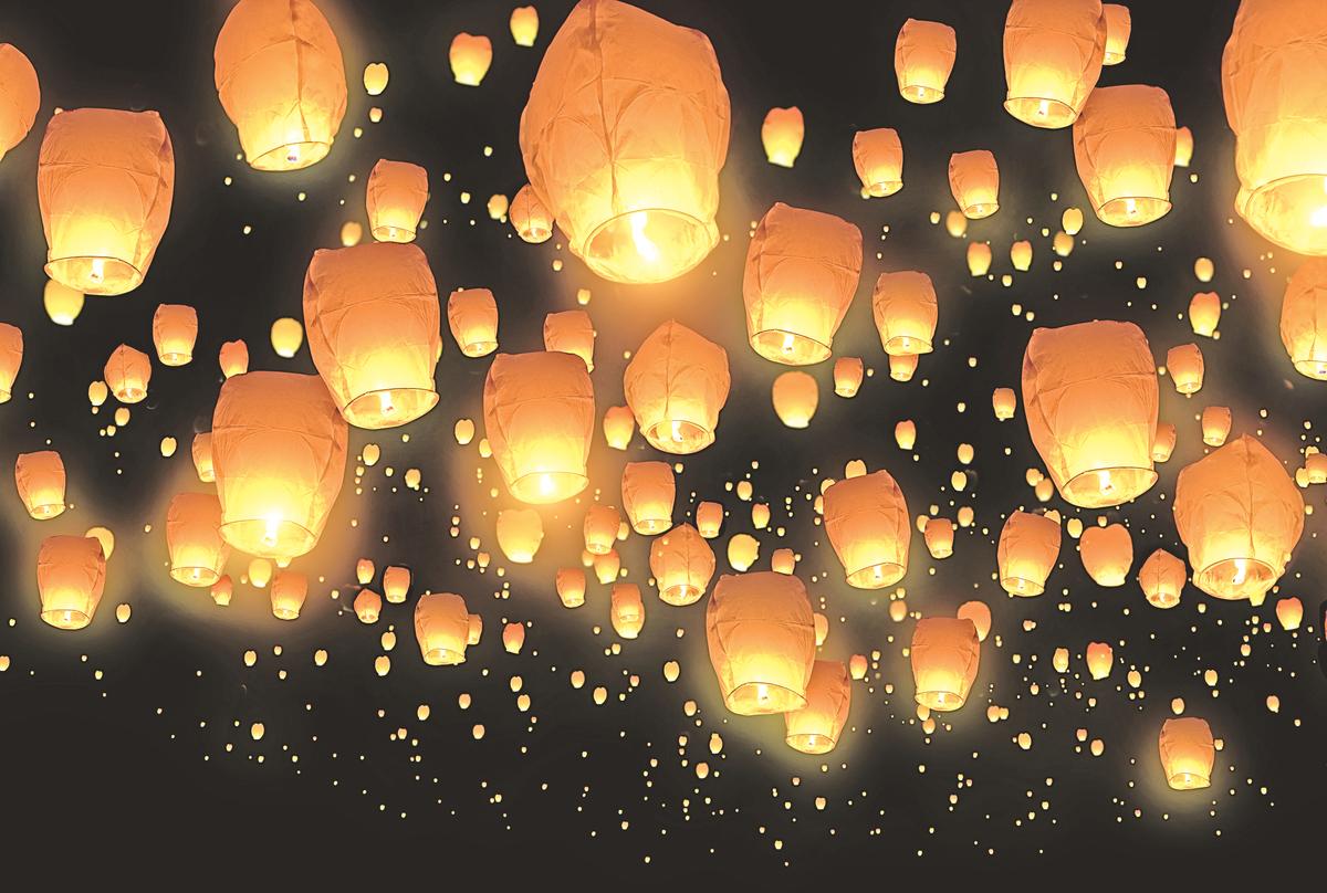 江上神燈夜有聲,蔥蘢影裏見空明。(Shutterstock)