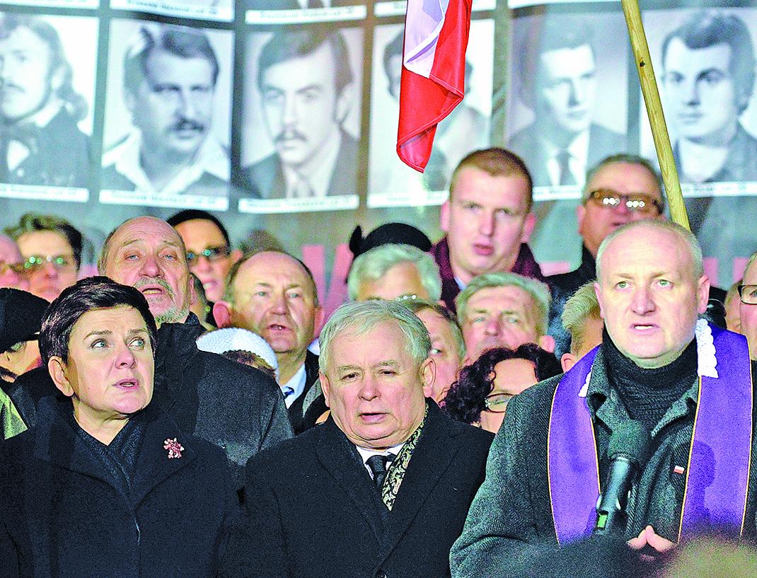 2016年12月13日,波蘭舉行紀念前共產政權宣佈實施軍管35周年。波蘭政府表示將對那段時間參與迫害的法官展開起訴。(AFP)