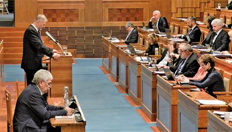 捷克參議員哈洛博克(左站立者)在參議院發言,支持決議案。(明慧網)