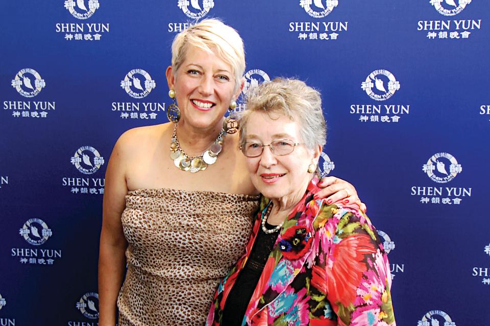 音樂家、合唱團藝術總監拉什頓和母親。(新唐人電視臺)