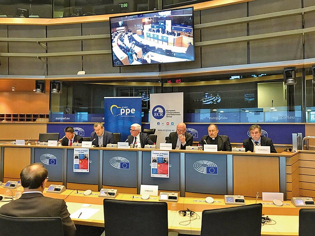 歐洲議會議員蒲睿達、貝柏士及魏登霍澤(講台左2、左3及右3)近日聯署致函歐盟高層,籲譴責中國打壓宗教自由。(中央社)