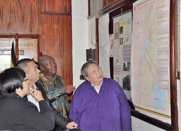 何志平及華信人員在2016年出席烏干達總統就職典禮期間,與總統及新內閣談生意,並到訪烏干達的能源及礦物資源部。(紐約南區聯邦法庭)