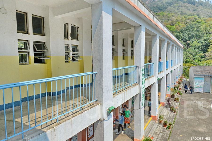 鄉師自然學校的校舍上層有六間課室。(宋碧龍/大紀元)
