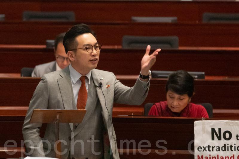 楊岳橋在立法會提出要求擱置有關安排的無約束力議案。(蔡雯文/大紀元)