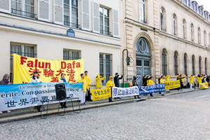 習近平訪問法國 法輪功中使館前集會反迫害
