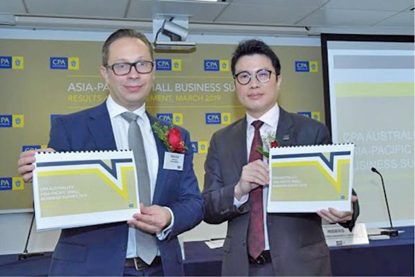 (左起)澳洲會計師公會商業及投資政策經理歐嘉文,及大中華區分會副會長陳銘嚴向傳媒介紹「亞太區小型企業調查」。(郭威利/大紀元)