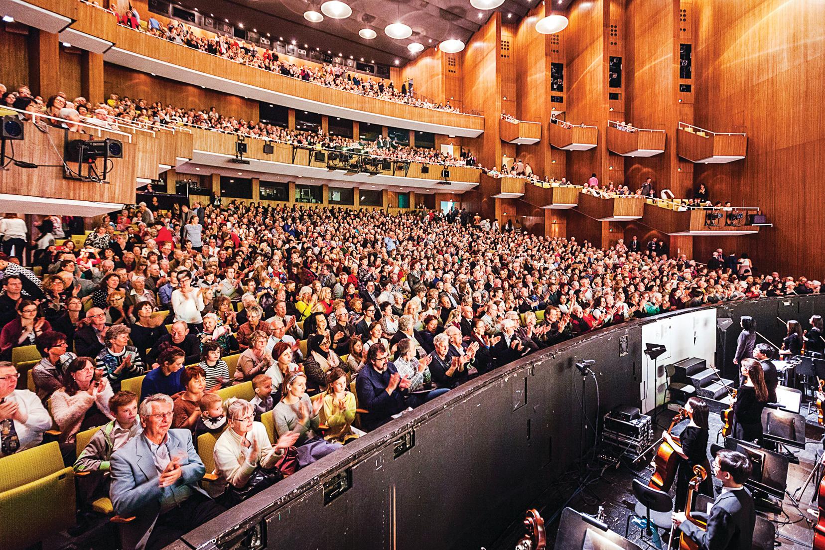 3月17日晚,美國神韻國際藝術團在德國首都柏林德意志歌劇院的第五場演出現場。(吉森/大紀元)