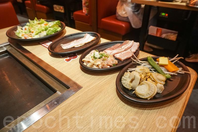 二人餐有前菜燒煙肉凱撒沙律,一款廣島燒、一款御好燒、一款鐵板燒、燒牛油帶子,還有甜品和餐飲。