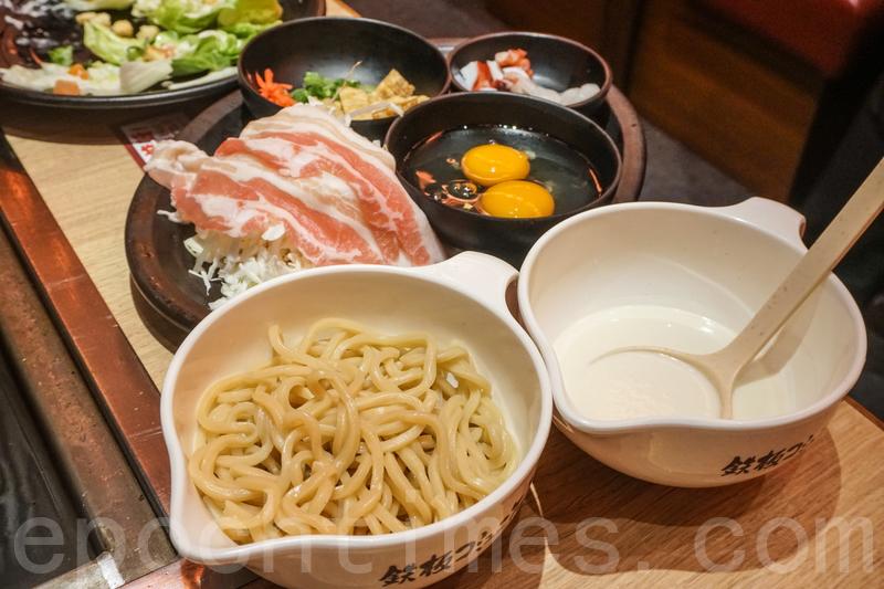 雜錦廣島燒用料最豐富,除了煙肉、炸魷魚、椰菜等,還有炒麵。