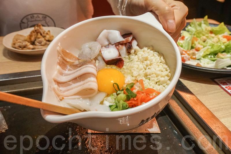 道頓掘雜錦御好燒材料就有蛋、蔥、蝦、豬肉、墨魚、八爪魚、椰菜、紅薑。