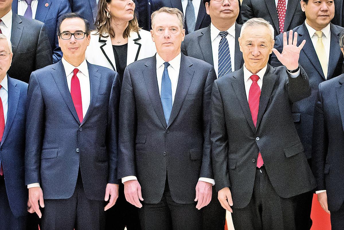 圖為2019年2月15日,美方政府貿易談判負責人貿易代表萊特希澤(中)和財政部長姆欽(左)以及中共國務院副總理劉鶴(右)在北京釣魚台國賓館的合照。(MARK SCHIEFELBEIN/AFP/Getty Images)