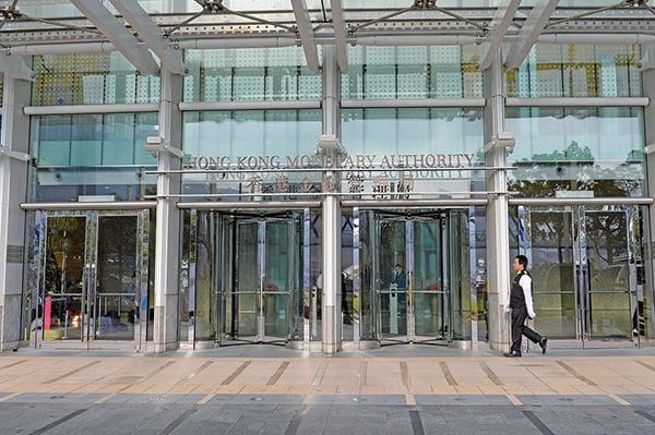 金管局本月6次在市場承接合共逾155億元。圖為金管局大樓正門。(大紀元圖片庫)