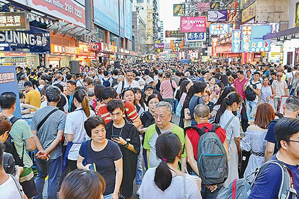 「全球微笑報告」指香港微笑指數較去年再跌近18%,排名全球尾四。(大紀元資料圖片)