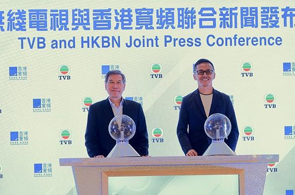 香港寬頻人執行副主席楊主光(右)和TVB 行政總裁李寶安李寶安(左)出席擴展策略性合作發佈會。(宋碧龍/大紀元)