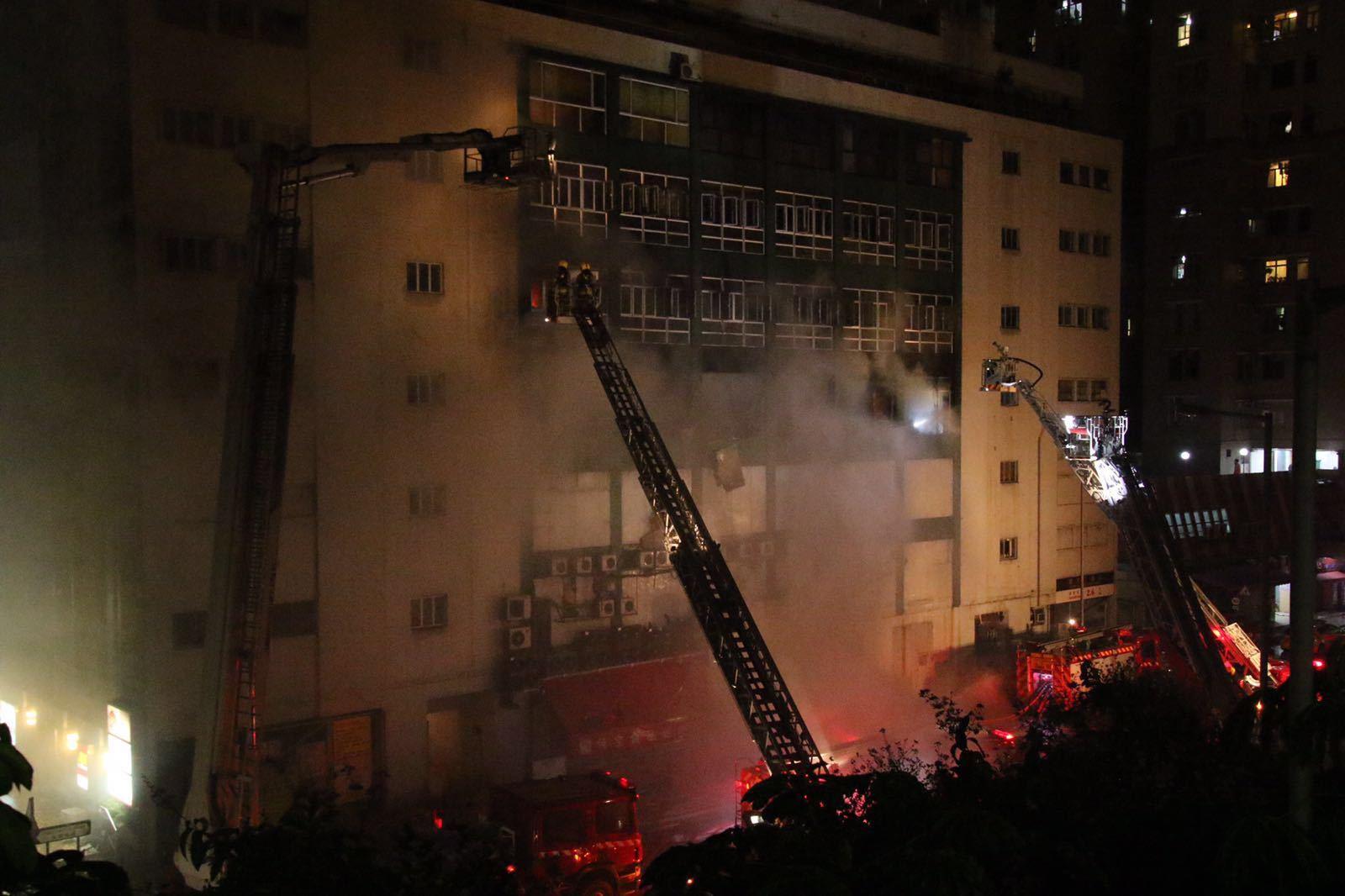 九龍灣時昌迷你倉四級火發生超過一日一夜,消防員昨晚仍在現場灌救。(IMAG提供/Dennis Law攝影)