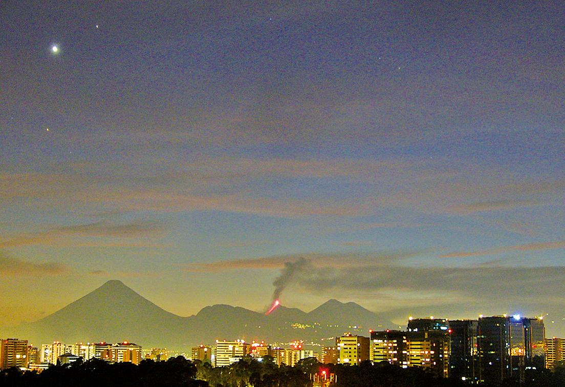 危地馬拉城火山噴發時的圖片,左上角天空清晰可見金星、土星和大火星(心宿二)(Luisfi/Wikimedia Commons)
