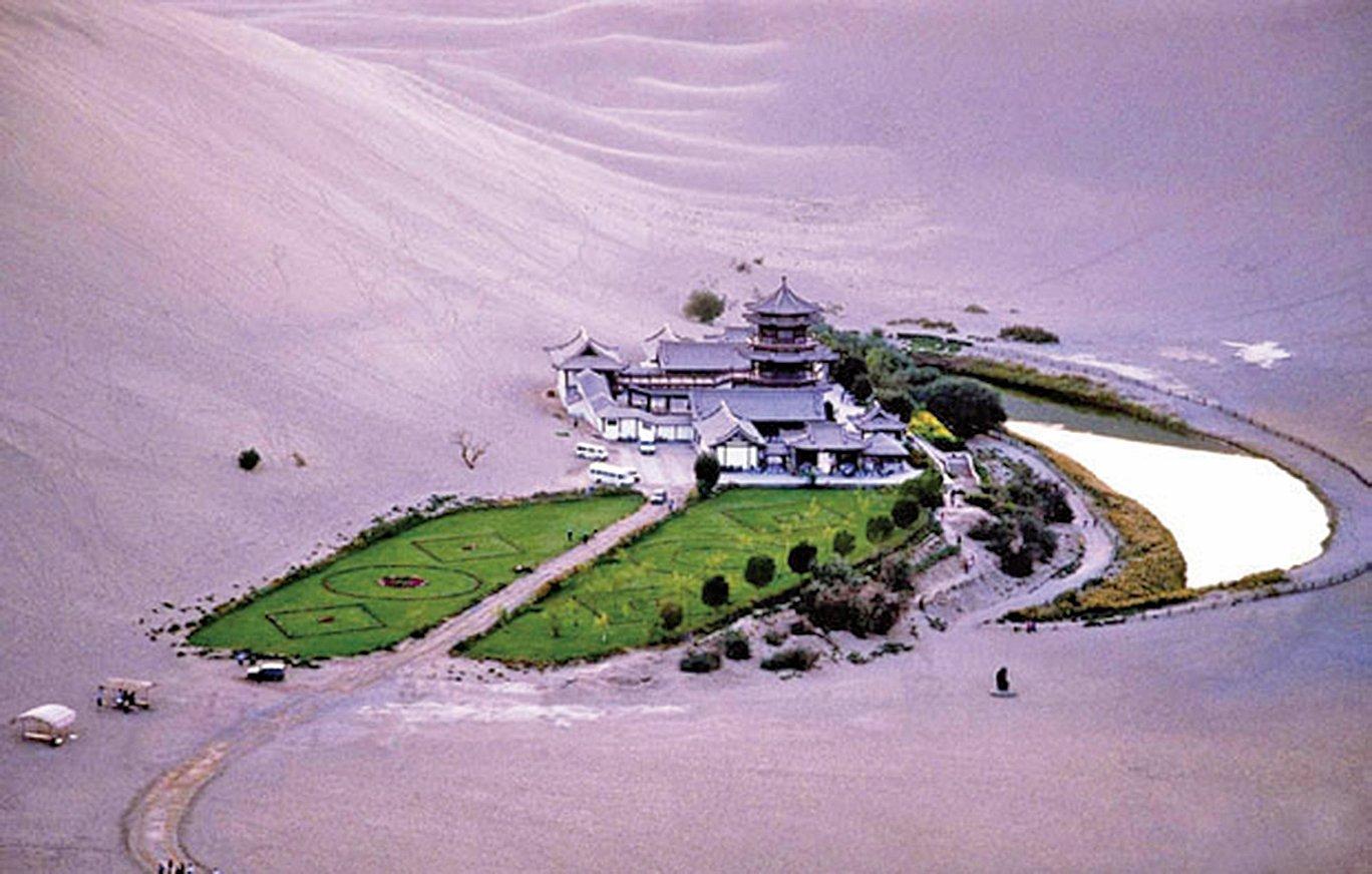 莫高窟作為一座沙漠中的大寺院,也有鳴沙山、月牙泉相伴,泉水在沙漠之中已屬罕見,況且鳴沙飛揚而能千年經久不枯,真乃神的造化,渾然天成。(大紀元資料室)