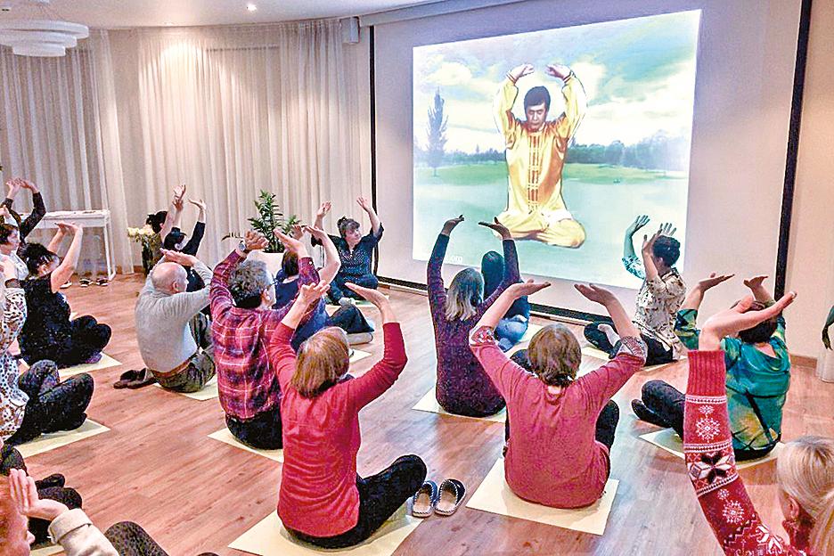 2019年3月2日至10日,俄羅斯喀山市首次舉辦了「法輪大法九天學習班」,圖為新學員正在學煉功法。(明慧網)