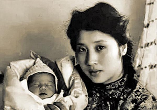 王玉齡與出生不久的愛子張道宇合照。張靈甫去世時,張道宇才剛滿月,從來沒有見過爸爸。(公有領域)
