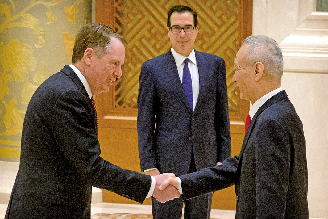 美國貿易代表羅伯特萊特希澤(Robert Lighthizer)和財政部長史蒂芬梅努欽(Steven Mnuchin)周四(3月28日)抵達北京,與中方官員展開新一輪談判。圖為今年2月14日,萊特希澤和劉鶴在北京談判時握手。(AFP)