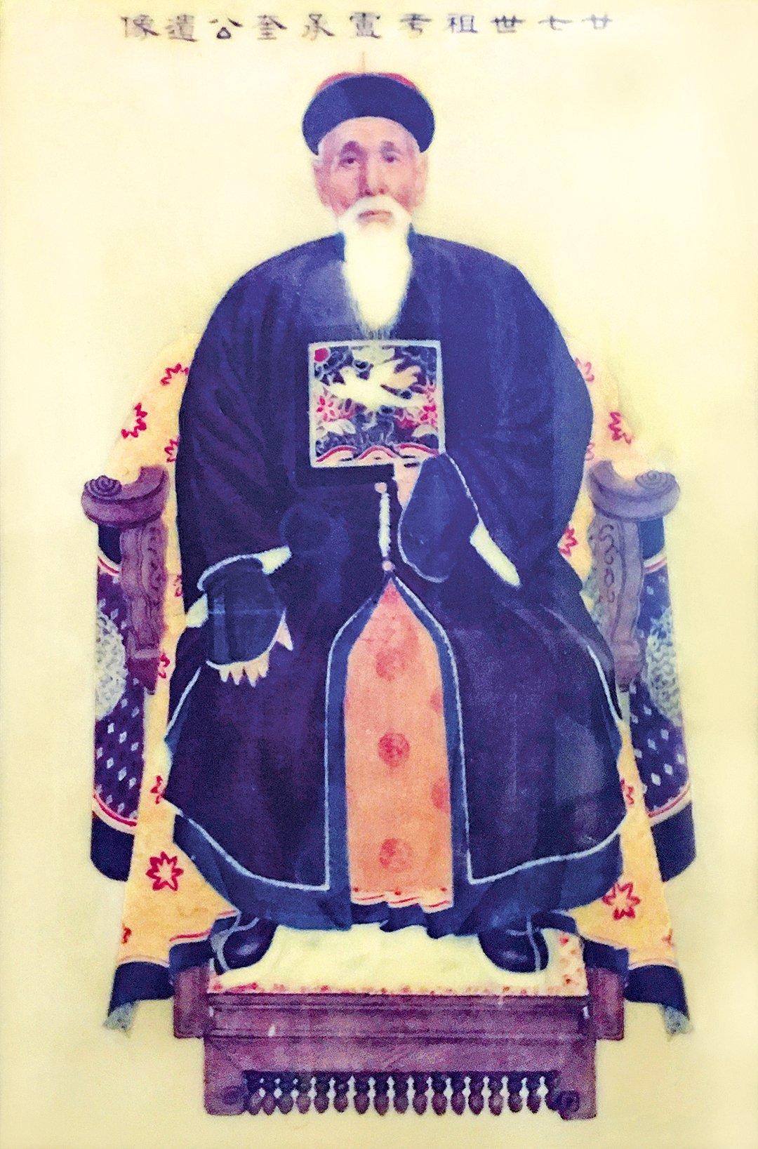 「東豐號」老闆盧明的盧氏家族淵源深厚,太公「毓潤公」由儒而醫,濟世救人。這幅畫像一度恐在文革時期失落,但因太公種下救人的善因,最終失而復得,成為子孫後代的佳話。