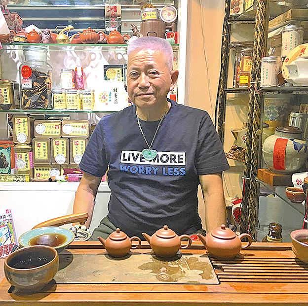 東豐號老闆盧明以陳年靚普洱會知音,並將家族珍藏的紫砂壺與大眾分享。
