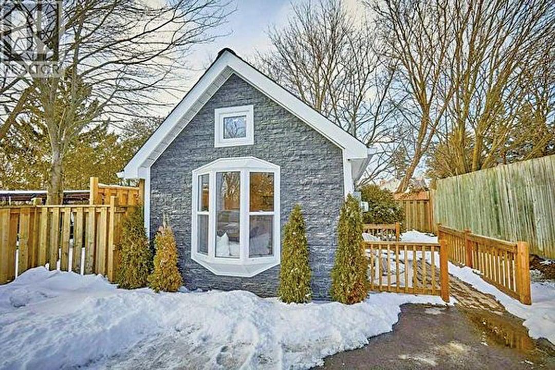 這棟袖珍小平房帶後院要價20萬加元,引來排長龍的人看樓。(realtor.ca)