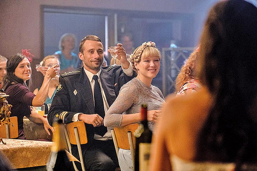 米凱夫婦與同事們一起為軍中的朋友操辦婚禮等諸多情節,讓這群俄羅斯軍人顯得人情味十足。