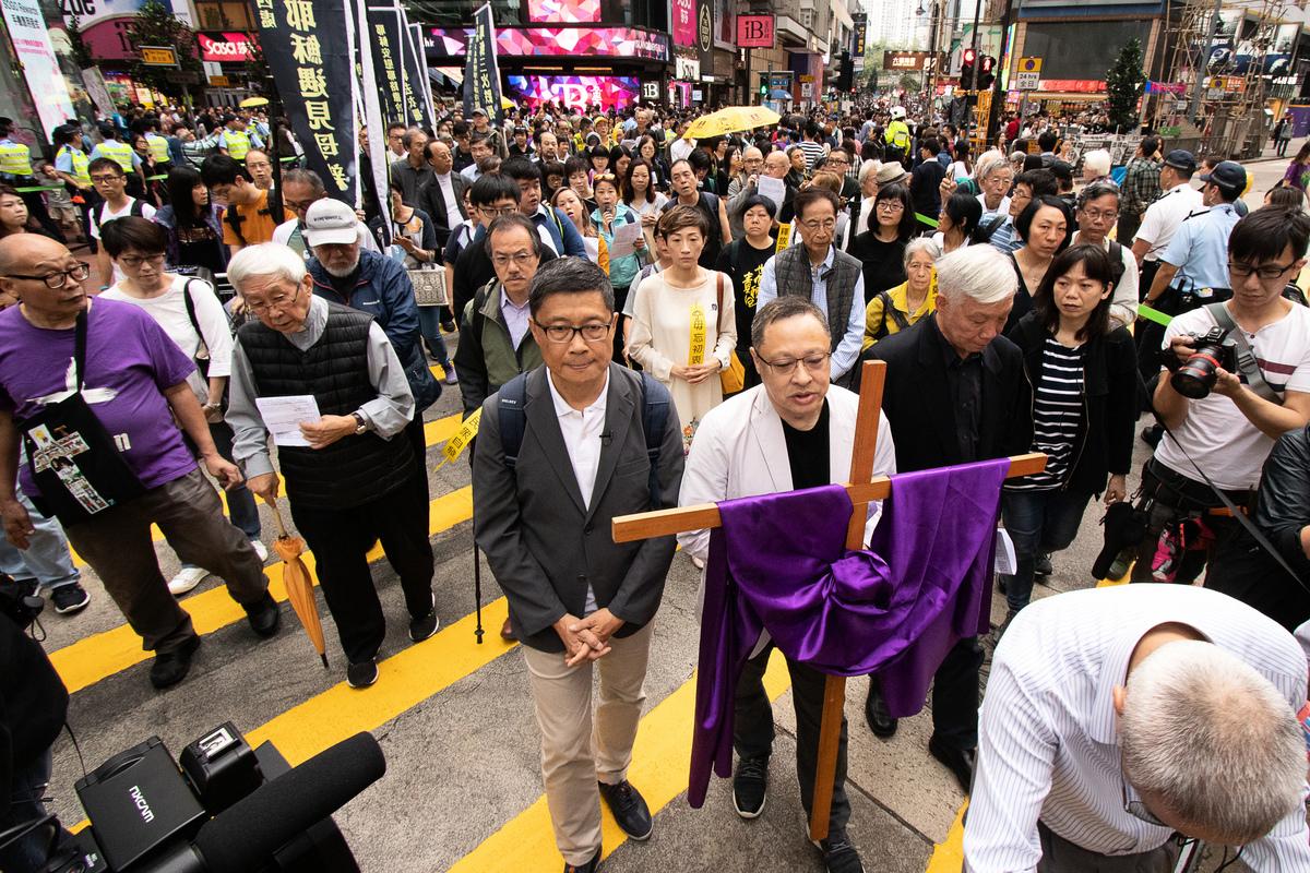 天主教香港教區榮休主教陳日君樞機等人以苦行方式再次喚起公眾關注雨傘運動的訴求。(蔡雯文/大紀元)