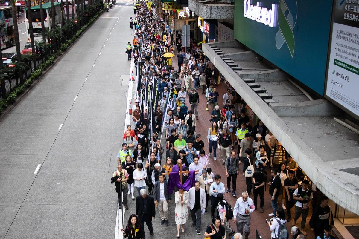 約四百人參加遊行,聲援佔中九子案。(蔡雯文/大紀元)