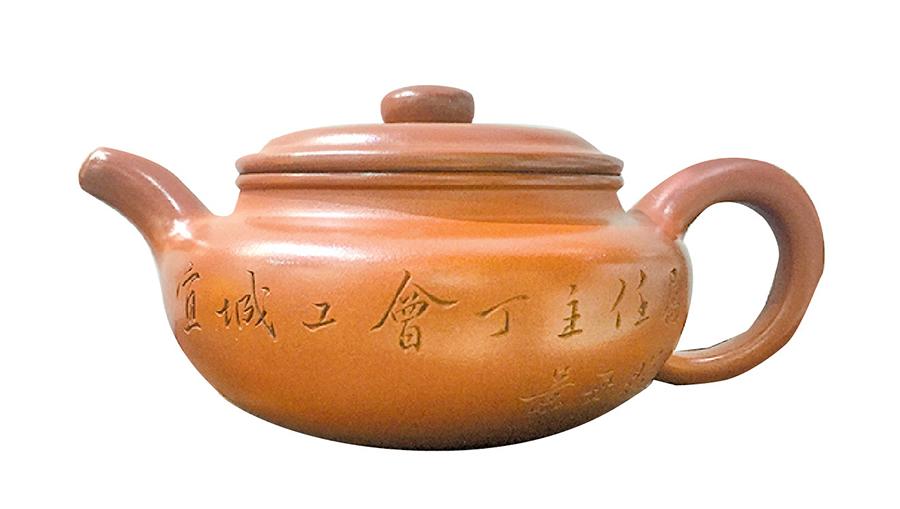近代大師顧景舟的《仿鼓》扁壺體現了其作品古樸典雅、工精現秀巧、灑脫不失嚴謹的藝術特點。