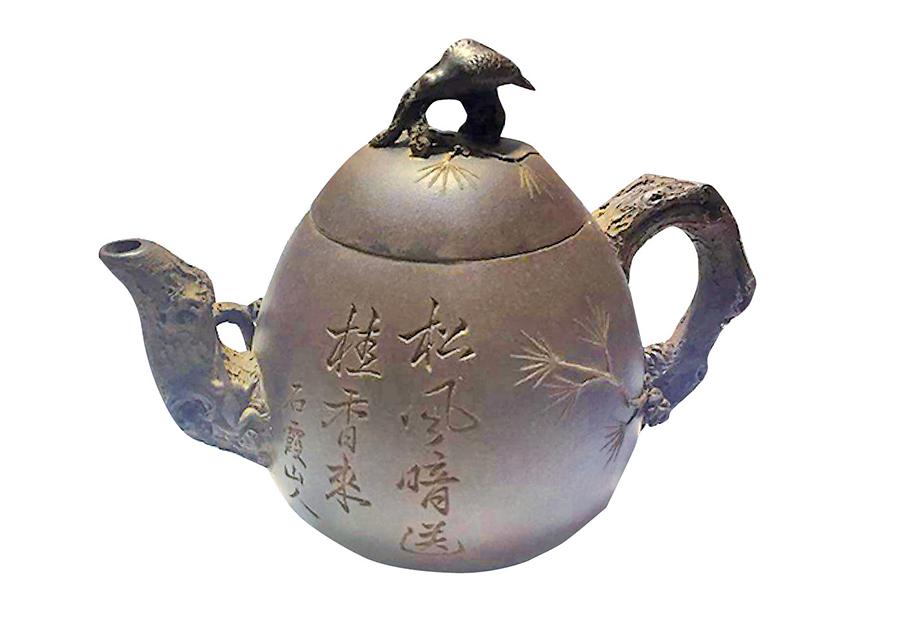 宜興紫砂文化大師吳達如曾評定盧明收藏的清代大師陳鳴遠的《松鷹》梨形紫砂壺是世間不可多得之珍品。