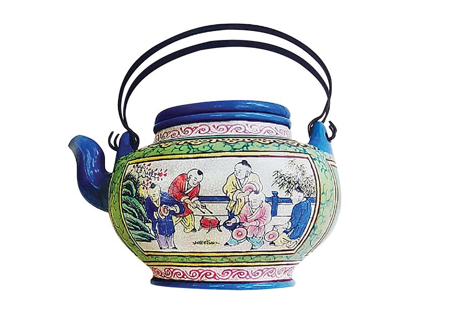 琺瑯彩紫砂提壺是清康熙年大富之家之名貴玩物。