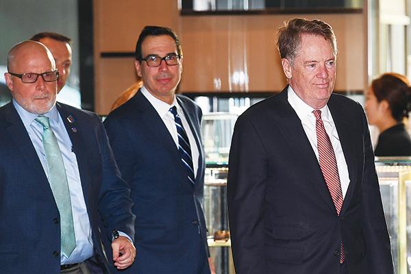 3月28日,美國貿易代表萊特希澤(右)和財政部長姆欽(中)抵北京,與中共副總理劉鶴展開第八輪談判。(GREG BAKER/AFP)