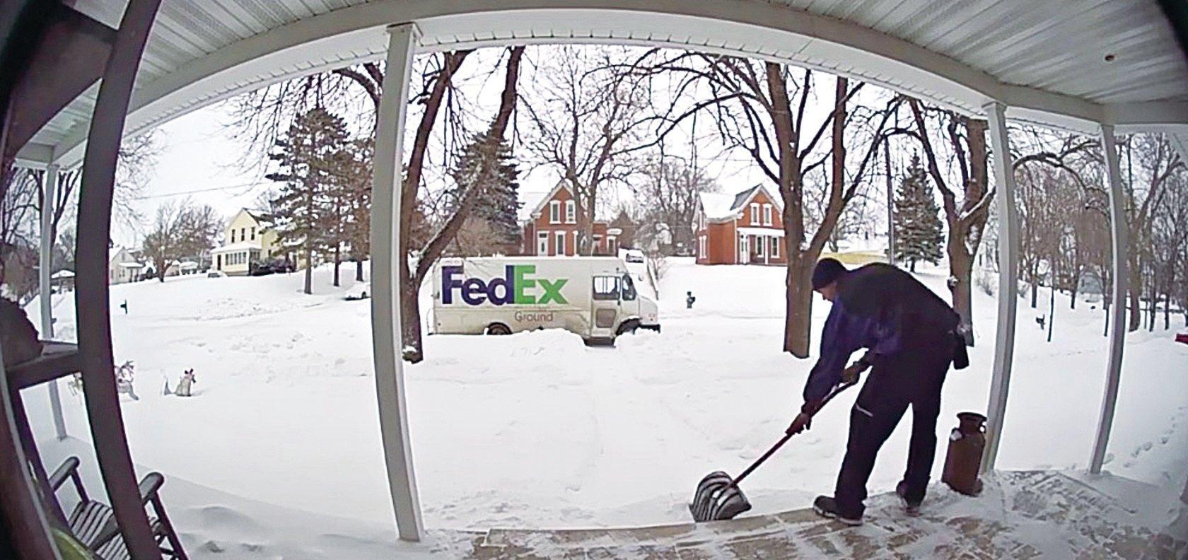(上圖)FedEx司機斯科爾在得知安妮痛失丈夫,還要獨立照顧3個孩子之後,決定暗中幫她做些力所能及的事情。(Leigh Anne Skoda Facebook 影片截圖)