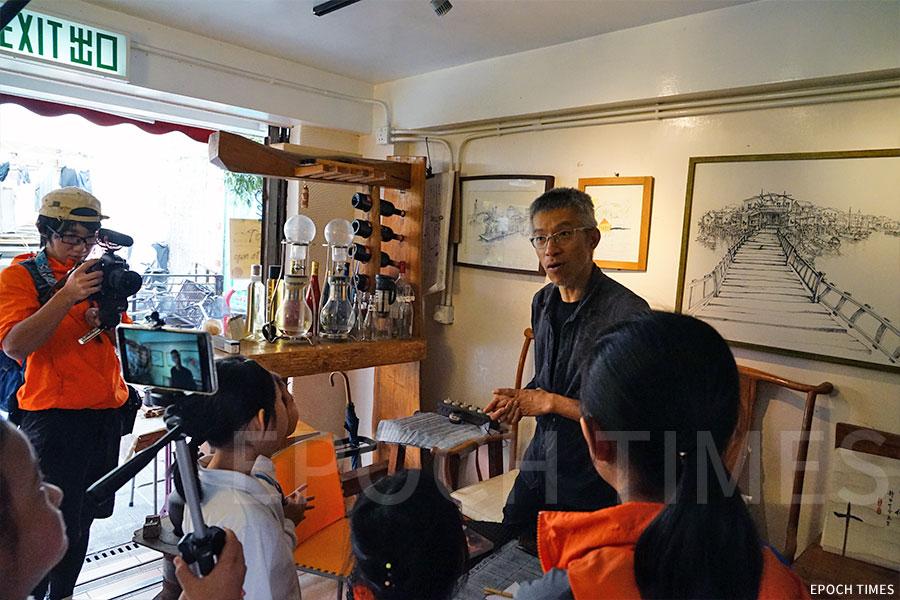 原生咖啡店蘇廬的蘇老闆向小記者介紹店內環境。(曾蓮/大紀元)