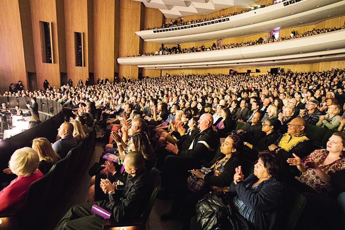神韻北美藝術團在長灘市的三場演出場場爆滿、一票難求。(季媛/大紀元)