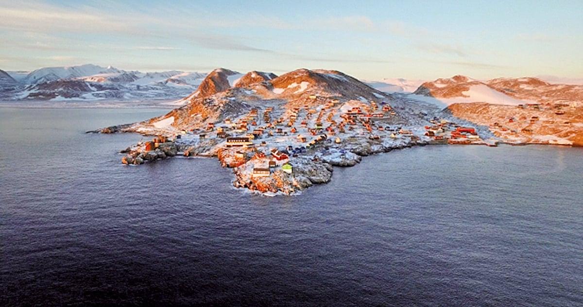依特克特米鄰近世上最大的峽灣地形——斯科斯比灣。