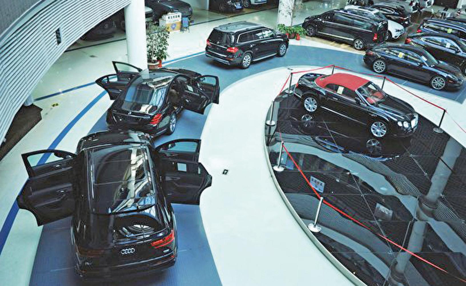 中共國務院宣佈4月1日起,對美國生產汽車仍暫停加徵報復性關稅。圖為2018年5月中國青島所展示的進口汽車。 (Getty Images)