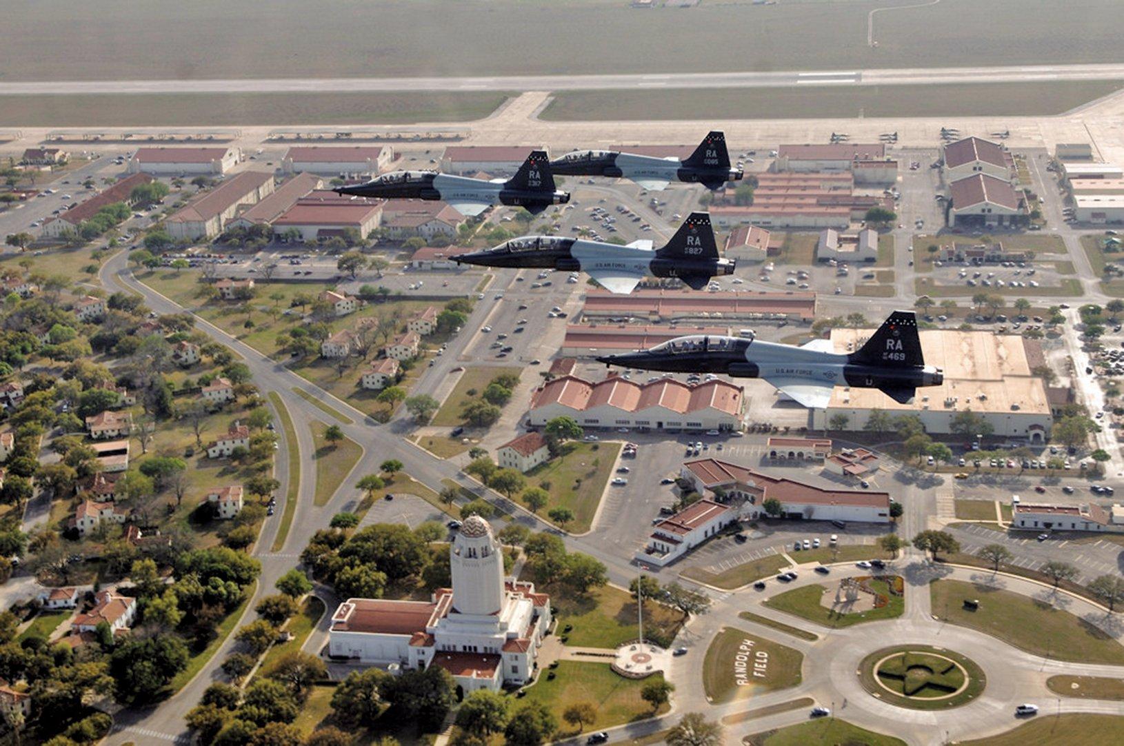 2008年3月27日,美軍4架T-38教練機飛行於德州上空。(Scott Reed/U.S. Air Force)