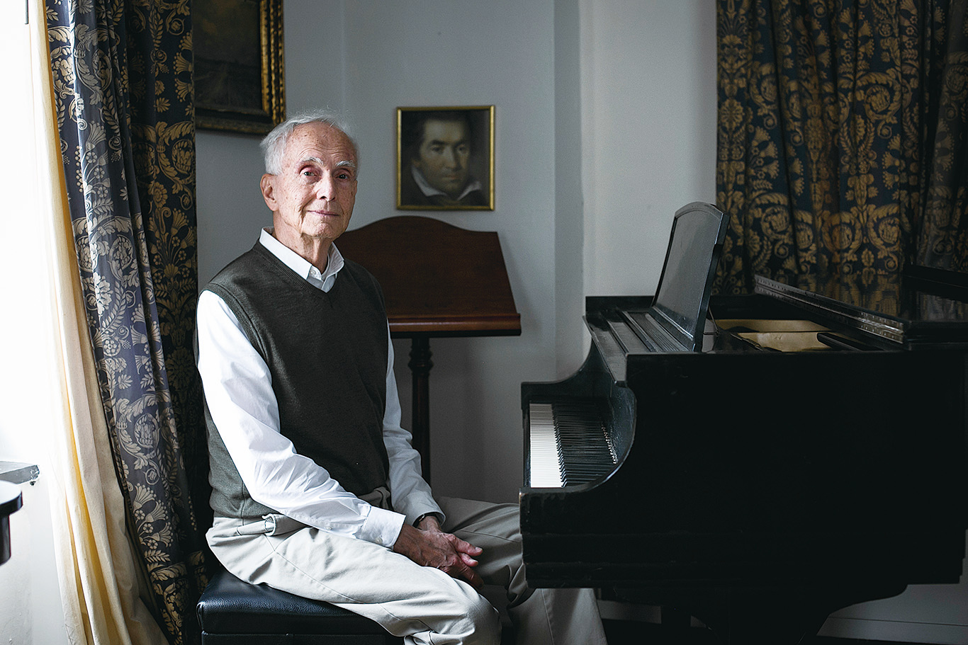 紐約鋼琴家比格在家中的鋼琴邊。(大紀元資料圖片)