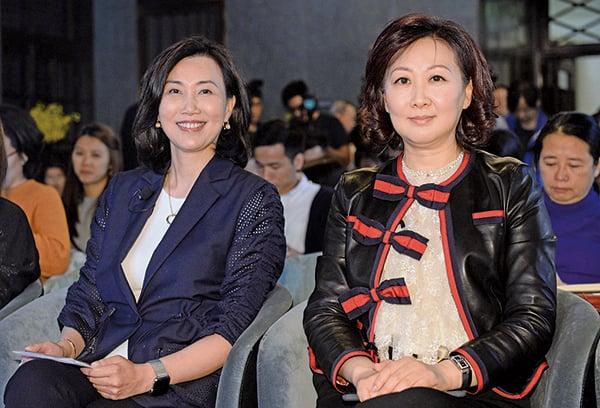 渣打香港行政總裁禤惠儀(右),香港電訊執行董事及集團董事總經理許漢卿(左)。(宋碧龍/大紀元)