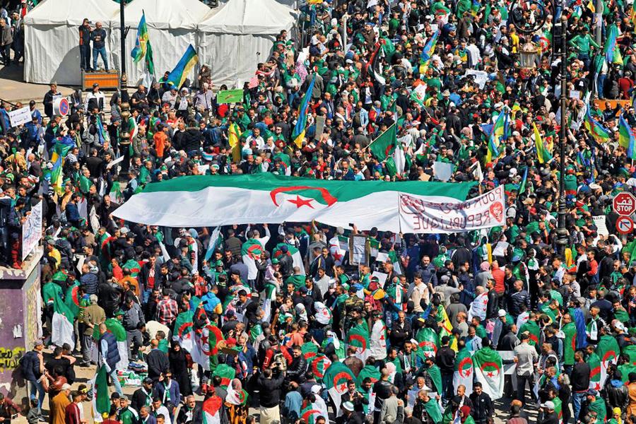阿爾及利亞總統宣佈提早離任