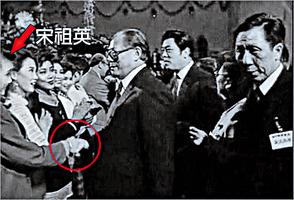 內幕:宋祖英女侍曝料江澤民穢亂文工團