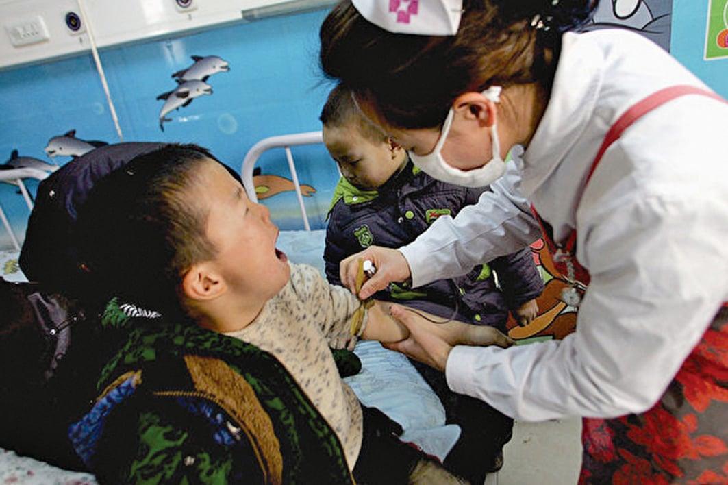 近日,河南一幼兒園爆老師投毒,23名幼兒就餐後中毒。圖為 2011 年西安市未央區一家幼兒園有136名兒童亞硝酸鹽中毒。(Getty Images)