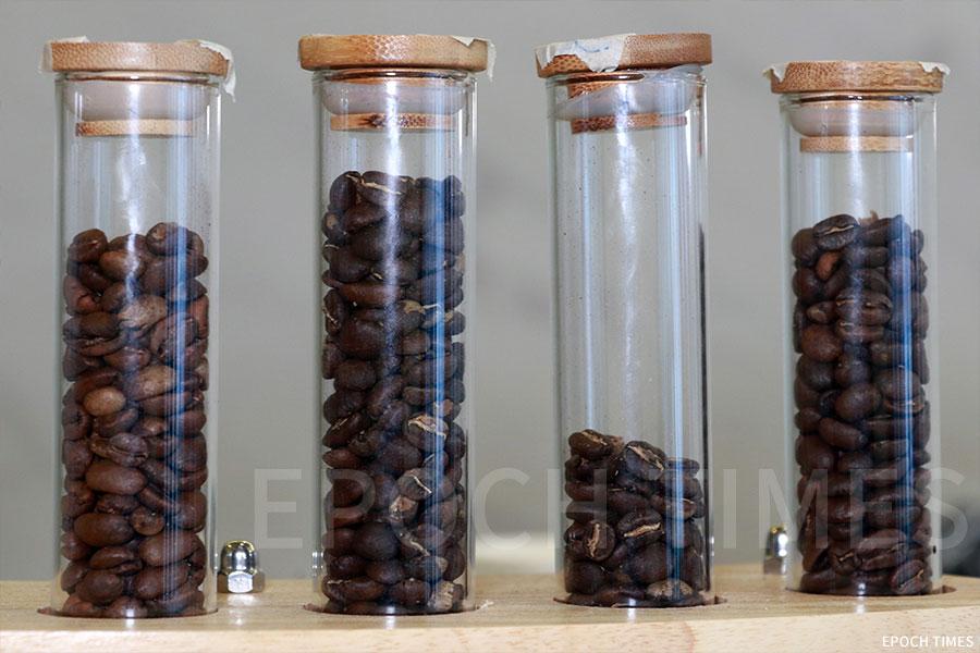咖啡店內有多款咖啡豆供選擇。(陳仲明/大紀元)