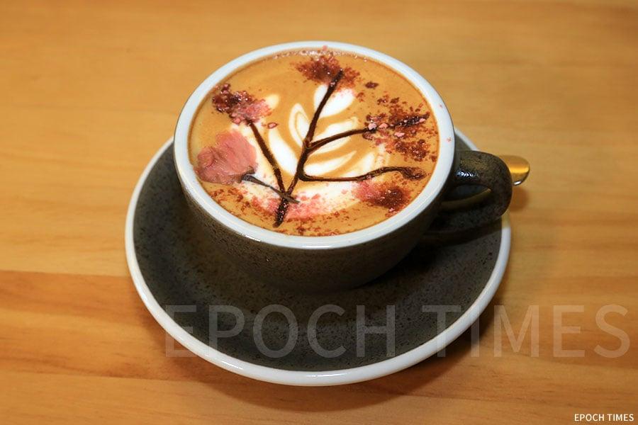 櫻花鮮奶咖啡。(陳仲明/大紀元)