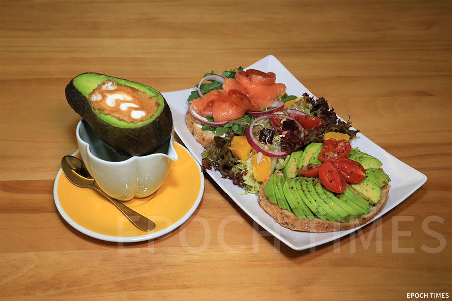 thecoffeemoment的特色飲品Avolatte與牛油果吐司。(陳仲明/大紀元)